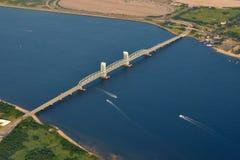De mariene HerdenkingsBrug van brede rijweg met mooi aangelegd landschap-Gil Hodges Stock Afbeelding