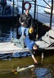 De mariene wetenschappers lanceren Autonome onderwater onbemande voertuigen Royalty-vrije Stock Foto's