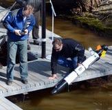 De mariene wetenschappers lanceren een Autonoom onderwater onbemand voertuig Royalty-vrije Stock Afbeeldingen