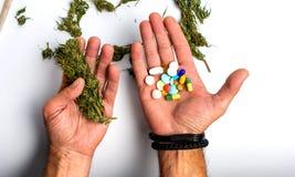 De marihuana van de persoonsholding en medische pillen royalty-vrije stock foto's