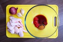De marinade van kippenvleugels Stock Afbeelding