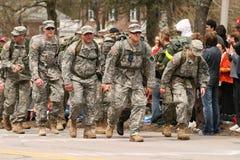 De marine en de Militairen lopen in volledige 50 pondenpakken