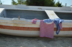 De marine kijkt de zomeroverhemden op oude boot Stock Foto's