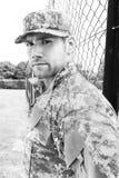 De marine, militair in zijn leger vermoeit tribunes aan aandacht bij militaire basis stock foto's