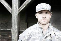 De marine, militair in zijn leger vermoeit tribunes aan aandacht bij militaire basis stock afbeeldingen