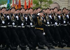 De marine van de 336th bewaakt Bialystok-Brigade van de Baltische Vloot tijdens de generale repetitie van de parade op Rood Vierk stock foto