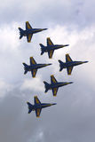 De Marineblauwe Engelen van de V.S.F-18 Horzelvliegtuigen in lucht uitvoeren tonen tijdens Vlootweek 2014 stock fotografie