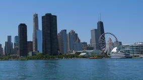 De de Marinepijler van Chicago is een populair oriëntatiepunt bij Meer Michigan - CHICAGO, VERENIGDE STATEN - JUNI 11, 2019 stock video