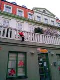 De marionet Santa Claus beklimt op de treden aan het grote huis stock afbeelding