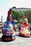De marionetten tonen het stellen in de straat met volkeren het letten op Royalty-vrije Stock Fotografie