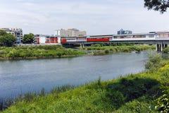 De Maritsa-Rivier, die door de stad van Plovdiv overgaan Stock Afbeeldingen