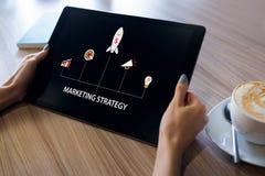 De marketing van strategiediagram op het apparatenscherm Bedrijfs concept stock foto