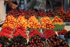 De markt die van het fruit zoete bessen verkoopt bij voedselmarkt Royalty-vrije Stock Foto's