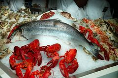 De Markt en het Restaurant van vissenzeevruchten stock fotografie