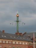 De markt van de kermisterreinpret in tivoli tuiniert Kopenhagen, Denemarken, op een grijze hemel Stock Foto's