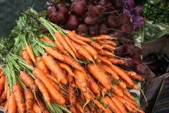De Markt van de landbouwer/Wortelen, Bieten Stock Afbeelding