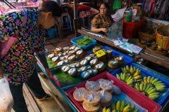De Markt van de Maeklongspoorweg Stock Foto's