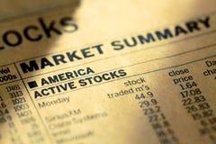 De markt van de voorraadv.s. in de krant royalty-vrije stock fotografie