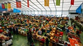 De markt van het Cascaisvoedsel is de plaats om te gaan als u verse lokale opbrengst en vissen wilt De bezigste dagen zijn Woensd Stock Fotografie