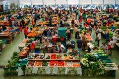 De markt van het Cascaisvoedsel is de plaats om te gaan als u verse lokale opbrengst en vissen wilt De bezigste dagen zijn Woensd Royalty-vrije Stock Foto's