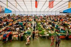 De markt van het Cascaisvoedsel is de plaats om te gaan als u verse lokale opbrengst en vissen wilt De bezigste dagen zijn Woensd Royalty-vrije Stock Afbeeldingen