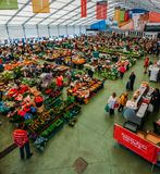De markt van het Cascaisvoedsel is de plaats om te gaan als u verse lokale opbrengst en vissen wilt De bezigste dagen zijn Woensd Stock Foto's
