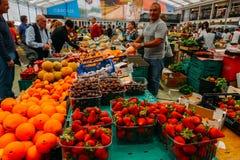 De markt van het Cascaisvoedsel is de plaats om te gaan als u verse lokale opbrengst en vissen wilt De bezigste dagen zijn Woensd Stock Foto