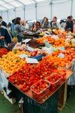 De markt van het Cascaisvoedsel is de plaats om te gaan als u verse lokale opbrengst en vissen wilt De bezigste dagen zijn Woensd Royalty-vrije Stock Afbeelding
