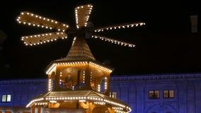 De markt van het Kerstmisdorp in het keizerpaleis van woonplaats in München, Duitsland Een deel van Antieke Kerstmismolen in stock video