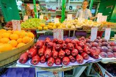 De markt van het ochtendfruit in Hong Kong Er zijn vele verschillende types van fruit royalty-vrije stock foto