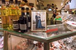 De markt van het stadsvoedsel met teller en foto van beroemde Kroonprinses van Zweden Stock Foto's