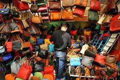 De markt van het straatleer in de stad van Florence, Italië Stock Afbeeldingen