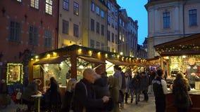 De markt van de Kerstmisvakantie in Grote Vierkante Stortorget in de Oude Stad Gamla Stan, Stockholm stock footage