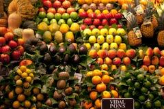 De markt van La Boqueria in Barcelona, Spanje Box van avocado, ananas, appel, kiwi, sinaasappel en andere exotische vruchten bij royalty-vrije stock fotografie