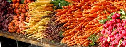 De Markt van landbouwers - Wortelgewassen - Bieten, Wortelen, Radijzen stock afbeeldingen