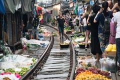 De markt van de Maeklongspoorweg, Thailand stock fotografie