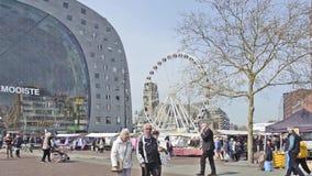 De markt van Rotterdam en ferriswiel stock videobeelden