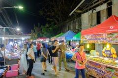 De markt van de Sikhionacht een beroemde nachtmarkt waar vele mensen Thais voedsel komen proberen en gaan winkelend stock foto's