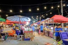 De markt van de Sikhionacht een beroemde nachtmarkt waar vele mensen Thais voedsel komen proberen en gaan winkelend stock afbeeldingen