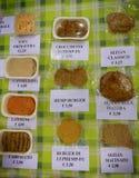 De markt van veganistproducten waar de landbouwers en de bedrijven hun producten aan vlees het van de consument van Seitan sobsti royalty-vrije stock afbeeldingen