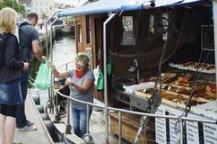 De markt van vissen op vissersboot Stock Fotografie