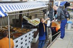 De markt van vissen op vissersboot Stock Foto