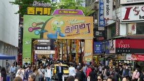 De markt van de Ximendingsstraat in Wanhua-district, Taipeh Een populair district in Taiwan, Mensen bezoekt voor voedsel, winkels stock videobeelden