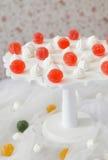 De marmelade en bise ligt op een witte tribune Stock Fotografie