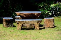 De marmeren stoel op gras in tuin heeft de achtergrond van de struikboom Royalty-vrije Stock Afbeelding