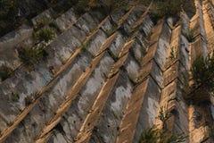 De marmeren textuur van de travertijnsteengroeve bij zonsondergang stock foto