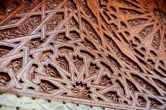 De Marokkaanse architectuur detailleert een ingewikkeld gesneden houten deur Royalty-vrije Stock Foto