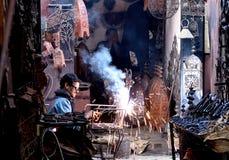 De Marokkaanse lasser soldeert een stoel Stock Afbeelding