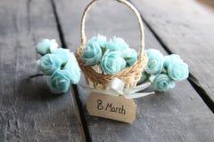 8 de marzo Aún vida rústica, rosas azules y etiqueta Fotografía de archivo