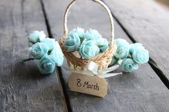 8 de marzo Aún vida rústica, rosas y etiqueta Foto de archivo libre de regalías